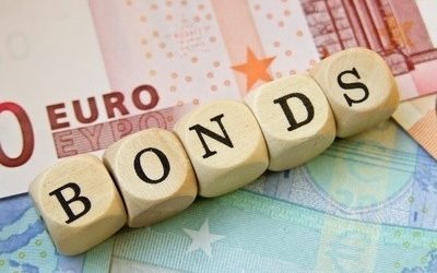 eurobond In questo contributo sottoponiamo a critica la seguente tesi recentemente avanzata da Bisin et alii (2020): gli eurobond senza condizionalità sono uno strumento di gran lunga inferiore al Meccanismo Europeo di Stabilità (MES). Il nostro è un esercizio di critica interna. Pertanto, non mettiamo inizialmente in discussione l'idea degli autori che l'emissione di eurobond sia riconducibile ad un contratto fra un assicuratore e un assicurato. Pur riconoscendo che questa rappresentazione è di per sé opinabile, ci concentriamo innanzitutto sulla robustezza logica della tesi di Bisin et alii (2020), per chiarire in che senso si possa davvero parlare di moral hazard in questo contesto. Mostriamo allora in che modo il moral hazard possa essere superato, giungendo così a svelare la natura sofistica della tesi che abbiamo sottoposto a critica.
