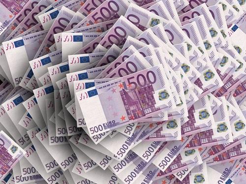 Concentrazione Bancaria A ben vedere in Italia i processi di acquisizione si sono dimostrati paradossali e limitati. Paradossali poiché essi traevano origine da una posizione di debolezza relativa; limitati poiché non hanno intaccato le insufficienze organizzative e gestionali. La sola desperation to grow, così come si poteva intuire dai modelli di Behavioural Finance, non costituisce condizione necessaria e sufficiente per il ripristino delle condizioni di profittabilità. E un simile viatico è probabilmente alla base della maggiore debolezza relative che il sistema bancario italiano denota rispetto all'universo europeo, enfatizzando la modesta capacità del management dei banchieri italiani di competere con performance che non si limiti al mero piano azionario.