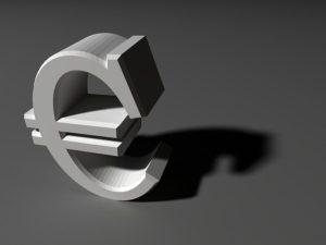 Moneta parallela Inoltre e soprattutto il mercato finanziario chiede maggiori rendimenti per acquistare i titoli italiani di debito pubblico dal momento che, come noto, il nostro debito è già molto elevato. In questa situazione, i rendimenti richiesti dagli operatori finanziari possono annullare gli effetti positivi di una eventuale espansione fiscale. Così la crisi rischia di non finire più e anzi di aggravarsi. Una situazione che non potrà durare in eterno. L'Italia potrebbe essere costretta a uscire dall'euro anche contro la sua volontà: ma se l'Italia uscisse, allora molto probabilmente precipiterebbe tutta l'eurozona. E' crollato il sistema (pur abbastanza equilibrato ed efficiente) di Bretton Woods, anche l'euro rischia di schiantarsi.