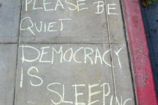 La politica è finita e la democrazia è una finzione